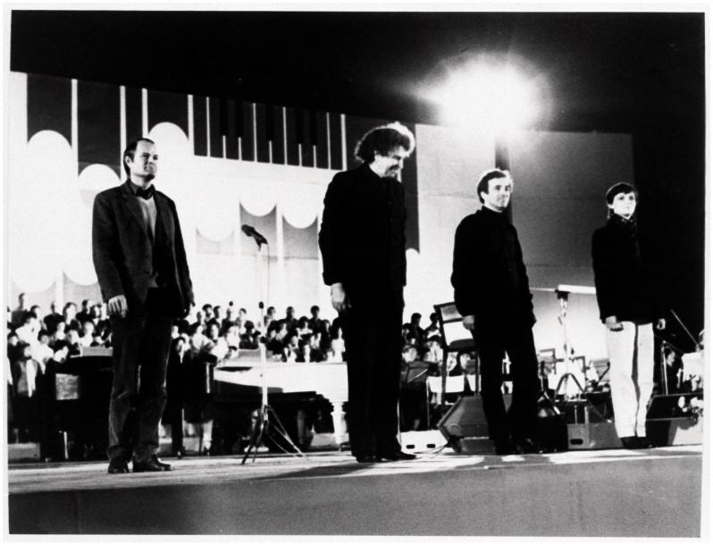 Μίκης Θεοδωράκης με τους σολίστες από την παράσταση του Cant General στο Stadthalle, Karl Marx Stadt (1983)