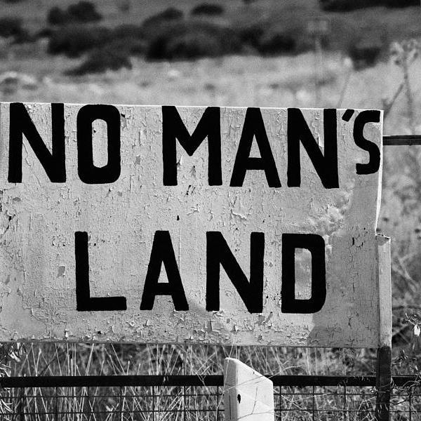 no mans land and restricted area of the UN buffer zone in the green line dividing cyprus famagusta Η περίπτωση της Τζάκρη δεν είναι μεμονωμένη. Είναι κοινό μυστικό ότι μερικοί ακόμα «πράσινοι» βουλευτές ετοιμάζονται να διαβούν τον Ρουβίκωνα.