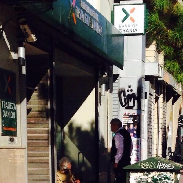 "@SimonLeone : Ο τραπεζίτης στον άστεγο ""Πήγεναι ρε φιλε παραπέρα- Εδω μπαίνουν πελάτες της τράπεζας "" Κακό ΨΟΦΟ στις τράπεζες !"
