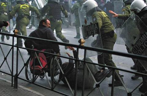 """ΕΣΑμεΑ: Κάτω τα χέρια από τα επιδόματα Αναπηρίας κ. υπουργέ Εργασίας! ΕΣΑμεΑ: Κάτω τα χέρια από τα επιδόματα Αναπηρίας κ. υπουργέ Εργασίας! Η ΕΣΑμεΑ και σύσσωμο το αναπηρικό κίνημα, ξεκαθαρίζει, για μία ακόμη φορά ότι έχει μέτωπο ενάντια σε οποιανδήποτε έκνομη συμπεριφορά πολιτών, γιατρών, δημόσιων λειτουργών και πολιτικών υπευθύνων, οι οποίοι είτε εκούσια είτε ακούσια έχουν δημιουργήσει φαινόμενα που κατασυκοφαντούν τα άτομα με αναπηρία και αυξάνουν τον κοινωνικό αυτοματισμό και ρατσισμό. Η ΕΣΑμεΑ ζητά και υποστηρίζει τους ελέγχους και τις κάθε λογής επανεξετάσεις- με το σκεπτικό ότι διεξάγονται με αντικειμενικά κριτήρια και με σεβασμό στα δικαιώματα των πολιτών και της αξιοπρέπειάς τους και χωρίς καμία στοχοποίηση. Η ΕΣΑμεΑ θεωρεί ότι οι έλεγχοι θα έπρεπε να είναι η προμετωπίδα προάσπισης των ατόμων με αναπηρία και των δικαιωμάτων τους εδώ και δεκαετίες. """"Δυστυχώς, έπρεπε η χώρα να βρεθεί στην περιδίνηση της οικονομικής κρίσης, για να αντιληφθεί ο υπουργός Εργασίας Γιάννης Βρούτσης και ο κάθε πολιτικός ότι χρειάζεται να γίνουν έλεγχοι. Μόνο που, για ακόμη μία φορά, οι εξαγγελίες του υπουργείου Εργασίας είναι εκ του πονηρού: σκοπίμως και εσκεμμένα κάνουν λόγο για προνοιακά επιδόματα, τα οποία όμως είναι επιδόματα αναπηρίας, που τα δίνει η Πρόνοια, συνδέοντάς τα ταυτόχρονα με εύσχημο τρόπο με τις συντάξεις! Το υπουργείο Εργασίας είχε πανηγυρίσει την καταγραφή τόσο των συνταξιούχων όσο και των ατόμων με αναπηρία και χρόνιες παθήσεις- τώρα δημιουργεί και πάλι ερωτήματα, μέσω δημοσιεύσεων και υποτιθέμενων διαρροών στον Τύπο τις τελευταίες ημέρες"""", υπογραμμίζει στην ανακοινωσή της η ΕΣΑμεΑ. """"Σε απλά ελληνικά: οι συντάξεις δίνονται λόγω της εργασίας κάποιου μια ολόκληρη ζωή. Τα επιδόματα ΑΝΑΠΗΡΙΑΣ δίνονται για την ΑΝΑΠΗΡΙΑ κάποιου και είναι το ΜΟΝΑΔΙΚΟ βοήθημα ενός κράτους ανάλγητου, που δεν προστατεύει με κανένα άλλο τρόπο ανθρώπους με βαριές αναπηρίες και χρόνιες παθήσεις, να αντιμετωπίσουν το πρόσθετο και μεγάλο κόστος που επιφέρει η αναπηρία τους. Η ηγεσία του υπουργ"""