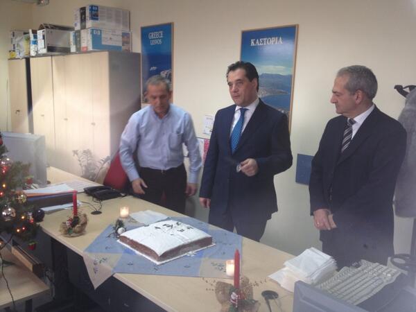 """Αδωνις: """"Πριν από λίγο στο ΕΚΑΒ με τον Πρόεδρο κ. Παπαγιαννίδη, το ΔΣ και το προσωπικό.Κόψαμε την πίτα και προχωράμε."""""""
