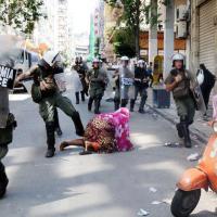 Τα ΜΑΤ του Χρυσοχοϊδή χτυπάνε νεαρό μπροστά στα έκπληκτα μάτια των Τουριστών στο Κουκάκι [ΒΙΝΤΕΟ] #ΝΔ_Θελατε