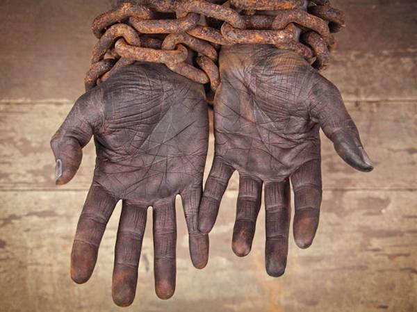 Απίστευτο! Ελαστικοποιούνται κι άλλο οι όροι απασχόλησης «ενοικιαζόμενων εργαζομένων» Την ελαστικοποίηση των όρων απασχόλησης ενοικιαζόμενων εργαζομένων, μέσω ιδιωτικών εταιριών στο δημόσιο και τον ευρύτερο δημόσιο τομέα, προβλέπει, σύμφωνα με πληροφορίες, διάταξη του εφαρμοστικού νόμου της πρόσφατης συμφωνίας μεταξύ κυβέρνηση και τριμερούς που αναμένεται να προωθηθεί στη Βουλή την ερχόμενη εβδομάδα. Σύμφωνα με την ρύθμιση μειώνεται από τους 6 στους 3 μήνες ο χρόνος κατά τον οποίο ο έμμεσος εργοδότης δεν θα πρέπει να έχει προχωρήσει σε απολύσεις και από τους 12 στους 6 μήνες η απαγόρευση ομαδικών απολύσεων. Επίσης, απαλείφεται η πρόβλεψη σύμφωνα με την οποία η απασχόληση ενοικιαζόμενου εργαζομένου επιτρέπεται μόνο για συγκεκριμένους λόγους που δικαιολογούνται από έκτακτες ή εποχιακές ανάγκες. Οι λόγοι απασχόλησης του εργαζόμενου δεν είναι πλέον υποχρεωτικό να αναφέρονται ούτε στη σύμβαση εργασίας του μισθωτού. Ειδικά, για τα δημόσια έργα αρχικού προϋπολογισμού 10 εκ. ευρώ και πάνω δίδεται η δυνατότητα απασχόλησης εργατοτεχνιτών οικοδόμων μέσω εταιριών ενοικίασης εργαζομένων κατά παρέκκλιση της σχετικής προηγούμενης πρόβλεψης. Πηγή: athina984.gr