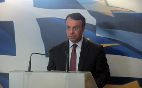 """Υπέρ της άμεσης μείωσης φόρου στο πετρέλαιο θέρμανσης τάχθηκε ο αναπληρωτής υπουργός Οικονομικών, Χρήστος Σταϊκούρας, τονίζοντας ότι απέτυχε ως μέτρο. Δηλώνει μάλιστα πως πρέπει να αναθεωρηθούν και να τροποποιηθούν όλες οι πολιτικές εκείνες που αποδείχτηκαν αναποτελεσματικές σε οικονομικό επίπεδο αλλά και άδικες κοινωνικά. Το χαρακτηρίζει δε θέμα """"προς άμεση αντιμετώπιση"""". """"Η εμμονή απέναντι σε μέτρα που δεν αποδίδουν δεν αποτελεί ένδειξη σοφίας"""" δηλώνει ο κ. Σταϊκούρας στην εφημερίδα Real News. Είπε επίσης ότι θα πρέπει να υπάρξει σταδιακή μείωση στη φορολογική επιβάρυνση των πολιτών μέσω της επίτευξης των δημοσιονομικών στόχων και της καταπολέμησης της φοροδιαφυγής. Τόνισε ακόμη πως """"από το 2013 η χώρα έχει μπει σε περίοδο πρωτογενών πλεονασμάτων που φαίνονται διατηρήσιμα"""" και εκτίμησε πως θα μηδενιστεί το δημοσιονομικό κενό του 1 δισ. περίπου που υπολογίζεται ότι θα υπάρχει το 2015. Ακόμη, ο αναπληρωτής ΥΠΟΙΚ, δήλωσε αντίθετος σε επιλεκτικές αυξήσεις μισθών και άφησε αιχμές κατά των δικαστικών και των ένστολων για """"μαξιμαλιστικές απαιτήσεις και ασύμμετρες εξαιρέσεις"""". Αναφορικά με την έκτακτη εισφορά, εκτίμησε πως πιθανόν θα χρειαστεί παράταση της αλλά τόνισε ότι το μέτρο θα αξιολογηθεί και πάλι κατά την κατάρτιση του προϋπολογισμού."""