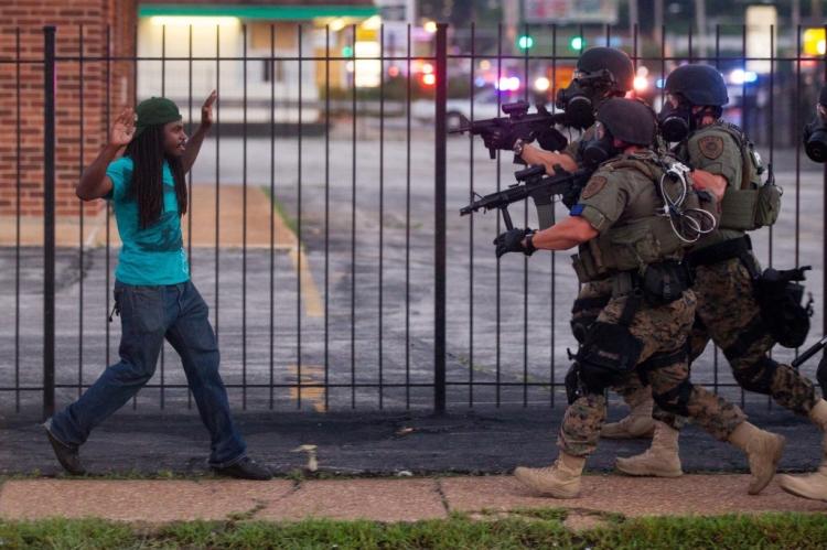 """Σημειώσεις [1] Slavoj Žižek, Demanding the Impossible, ed. Yong-June Park. (Cambridge, UK: Polity Press, 2013), p. 58. [2] Ibid., Žižek, Demanding the Impossible, p. 68. [3] Kevin Zeese and Margaret Flowers, """"Ferguson Exposes the Reality of Militarized, Racist Policing,"""" Truthout (August 18, 2014). Online: http://truth-out.org/news/item/25645-ferguson-exposes-the-reality-of-militarized-racist-policing [4] Adam Hudson, """"1 Black Man Is Killed Every 28 Hours by Police or Vigilantes: America Is Perpetually at War with Its Own People,"""" AlterNet (March 28, 2013). See also the report titled """"Operation Ghetto Storm."""" Online: http://mxgm.org/wp-content/uploads/2013/04/Operation-Ghetto-Storm.pdf [5] See, especially, Radley Balko, Rise of the Warrior Cop: The Militarization of America's Police Forces (New York: Public Affairs, 2013), Michelle Alexander, The New Jim Crow (New York: The New Press, 2010), and Jill Nelson, ed. Police Brutality (New York: Norton, 2000). *O Henry Giroux είναι αμερικανός κοινωνικός αναλυτής, έχει γεννηθεί το 1943 και είναι καθηγητής στην έδρα Πολιτιστικών Σπουδών στο Πανεπιστήμιο McMaster του Καναδά, διευθυντής του Κέντρου για τη Δημόσια Ερευνα στο ίδιο πανεπιστήμιο και επισκέπτης καθηγητής στο Ryerson University, ενώ θεωρείται ένας από τους πατέρες της Κριτικής Παιδαγωγικής. Είναι επίσης αρθρογράφος στο «Τruthout» και ιδρυτής του προγράμματος «Δημόσιοι Διανοούμενοι». Εχει γράψει περισσότερα από εξήντα βιβλία."""