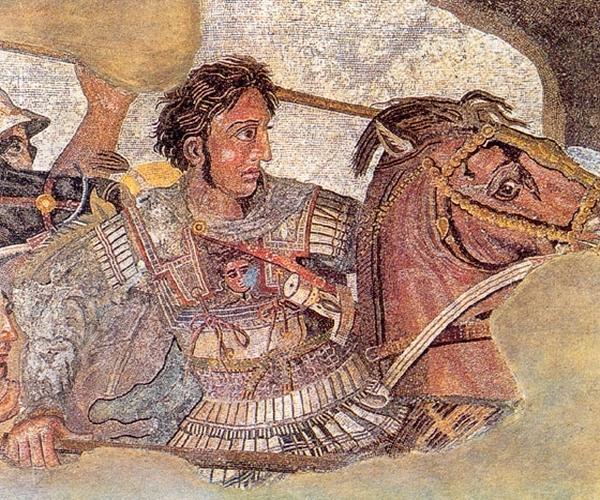 Ο Μ.Αλέξανδρος και τα δηλητήρια στο Πακιστάν !του Παντελή Καρύκα Συγγραφέας Όταν ο στρατός τους Αλεξάνδρου πέρασε το 326 π.Χ. από το σημερινό Πακιστάν βρέθηκε αντιμέτωπος με τους εντοπίους, οι οποίοι είχαν εμποτίσει σε δηλητήριο φιδιού όχι μονό τα βέλη τους, αλλά ακόμα και τα σπαθιά τους. Αξίζει να σημειωθεί ότι τα βέλη τους δεν έφεραν μεταλλική αιχμή. Η κατάληξη του στελέχους τους ήταν κούφια, προφανώς για να «συγκρατεί» περισσότερο δηλητήριο. Ευτυχώς η έλλειψη μεταλλικής αιχμής περιόριζε τη διατρητικότητα του βέλους, απέναντι στις ασπίδες και τους θώρακες των Ελλήνων. Ίδιου τύπου βέλη χρησιμοποιούσαν και οι Σκύθες, οι οποίοι με αυτά κατανίκησαν την στρατιά του Πέρση βασιλιά Δαρείου, στα τέλη του 6ου αιώνα π.Χ. Παρόλα αυτά οι στρατιώτες του Αλεξάνδρου, αγνοώντας το εχθρικό μυστικό, επιτέθηκαν εναντίον τους και τους νίκησαν. Μετά το πέρας της μάχης όμως πολλοί, έστω και ελαφρά τραυματισμένοι, άνδρες πέθαναν. Αλέξανδρος τότε κατάλαβε ότι οι εχθροί χρησιμοποιούσαν δηλητήριο και κατάφερε να μάθει και το αντίδοτο. Χάρη σε αυτό σώθηκε η ζωή του στρατηγού του Πτολεμαίου του Λάγου, ο οποίος είχε τραυματιστεί ελαφρά από βέλος στον ώμο, αλλά κινδύνευε να πεθάνει. Το τραύμα του είχε μαυρίσει και μύριζε απαίσια. Μετά τη χορήγηση του αντιδότου όμως θεραπεύτηκε άμεσα. HellasForce.com