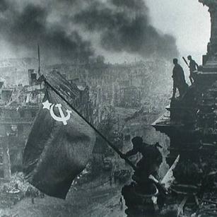 Θρυλική Ρωσίδα ελεύθερη σκοπεύτρια (sniper), με 59 επιβεβαιωμένους θανάτους στο ενεργητικό της. Έδρασε κατά τη διάρκεια του Β' Παγκοσμίου Πολέμου και άφησε την τελευταία της πνοή στο πεδίο της μάχης. Το 1944, μια καναδική εφημερίδα ονόμασε τη Σάνινα «τον αθέατο τρόμο της Ανατολικής Πρωσίας». Υπήρξε η πρώτη γυναίκα ελεύθερη σκοπεύτρια στη Σοβιετική Ένωση, που τιμήθηκε με το Μετάλλιο του Τάγματος της Δόξας, καθώς και η πρώτη γυναίκα από το Τρίτο Λευκορωσικό Μέτωπο που το έλαβε. Σκοτώθηκε εν ώρα υπηρεσίας στο Μέτωπο της Ανατολικής Πρωσίας, προσπαθώντας να προφυλάξει τον βαριά τραυματισμένο διοικητή μίας μονάδας πυροβολικού. Έλαβε αρκετές τιμές για τη γενναιότητα της κατά τη διάρκεια του βίου της, παρόλο που οι σοβιετικοί δεν χρησιμοποιούσαν αρκετά τους σκοπευτές στις μεγάλες μάχες. Το 1965, πρωτοκυκλοφόρησε το πολεμικό ημερολόγιο της. Η Ρόζα Σάνινα (Roza Shanina) γεννήθηκε στο χωριό Γέντμα της περιφέρειας Αρχαγκέλσκ της τότε Σοβιετικής Ένωσης, στις 3 Απριλίου 1924. Ο πατέρας της Γεγκόρ Σάνιν ήταν ξυλοκόπος και η μητέρα της Άννα Αλεξέγεβνα ήταν αρμέχτρα αγελάδων. Το ζευγάρι εκτός από τη Ρόζα, που πήρε το όνομά της από τη γερμανοπολωνίδα επαναστάτρια Ρόζα Λούξεμπουργκ, είχε ακόμα έξι παιδιά, πέντε αγόρια κι ένα κορίτσι. Η Ρόζα ήταν ένα ζωηρό και δυναμικό κορίτσι, με ξανθά μαλλιά και γαλάζια μάτια. Τον Δεκέμβριο του 1941 κι ενώ φοιτούσε στην τελευταία τάξη του Λυκείου ζήτησε να καταταγεί στο στρατό, όταν πληροφορήθηκε το θάνατο του 19χρονου αδελφού της Μιχαήλ, κατά τη διάρκεια της πολιορκίας του Λένινγκραντ από τα γερμανικά στρατεύματα. Το αίτημά της έγινε δεκτό στις 22 Ιουνίου 1943 και μετά τη βασική εκπαίδευση κατατάχθηκε στη γυναικεία μονάδα των ελεύθερων σκοπευτών, στην οποία ο «Κόκκινος Στρατός» έδινε μεγάλη σημασία. Οι αρμόδιοι πίστευαν ότι οι γυναίκες ήταν πιο κατάλληλες από τους άνδρες, επειδή είχαν πιο ευλύγιστα σκέλη, ήταν υπομονετικές και πανούργες, ανθεκτικές στο κρύο και στο άγχος της μάχης. Η Σάνινα γρήγορα διακρίθηκε στο σημάδι και μάλιστα μετά την αποφοίτη