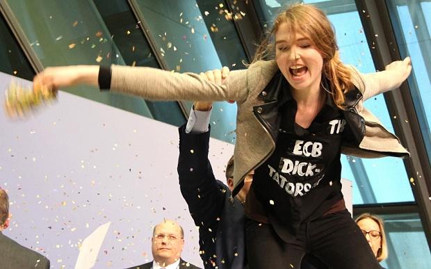 "Josephine Witt: ""Γιατί επιτέθηκα στον Ντράγκι-Οι βόρειοι πιστεύουν οτι είστε τεμπέληδες"" #Blockupy #Draghi #EZB #ECB"