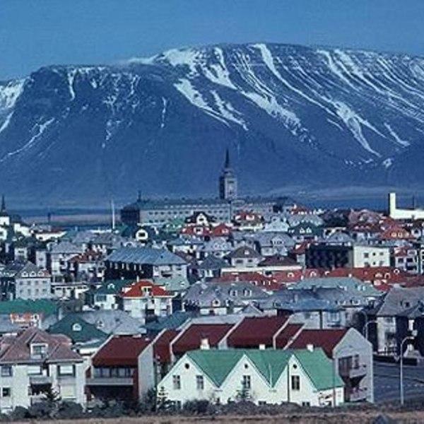 Η Ισλανδία ανακτά την πλήρη κυριαρχία της οικονομίας της Νέο πλήγμα κατά των τραπεζιτών κερδοσκόπων από τη δεξιά κυβέρνηση της Ισλανδίας! Επίσημη έκθεση προετοιμάζει το έδαφος για απαγόρευση της έμμεσης «δημιουργίας» ανύπαρκτου χρήματος από τις ισλανδικές τράπεζες, όταν αυτές δανείζουν χρήματα που δεν έχουν. «Λείψανο του παρελθόντος θα αποτελέσει το χρήμα που δημιουργείται από «αέρα κοπανιστό» - αυτό το διαβολικό μυστικό που βρίσκεται στην καρδιά της έμμεσης έκδοσης τραπεζικού χρήματος» έγραφαν την περασμένη Παρασκευή στο κύριο άρθρο τους οι «Φαϊνάνσιαλ Τάιμς» του Λονδίνου, αναφερόμενοι στο θέμα. Εχοντας αποφασίσει τελικά να κρατήσει ως νόμισμα την ισλανδική κορόνα, αφού προηγουμένως η χώρα ταλαντεύτηκε μήπως η σωτηρία βρίσκεται στην ένταξη στο ευρώ, η κυβέρνηση του Ρέικιαβικ παίρνει με συνέπεια τις αποφάσεις της. «Μετά το θεαματικό σπάσιμο της φούσκας (σ.σ. της οικονομίας και του τραπεζικού της συστήματος), η Ισλανδία επιθυμεί να μελετήσει οποιαδήποτε δράση που θα εμπόδιζε την επανάληψη της κατάρρευσης» γράφει η αγγλική εφημερίδα. «Οι Ισλανδοί μπορεί απλώς να ξανακερδίσουν κάποιον έλεγχο στην οικονομική τους μοίρα» ρίχνοντας βαρύ τον πέλεκυ σε αυτή την τραπεζική δραστηριότητα, αναγκάζονται να ομολογήσουν ως και οι «Φαϊνάνσιαλ Τάιμς». Αυτή η πολιτική «μπορεί να υποχρεώσει τις τράπεζες και τους μετόχους τους να σκέφτονται περισσότερο τα δάνεια που χορηγούν» καθώς υποστηρικτές αυτής της πολιτικής λένε ότι κατ' αυτόν τον τρόπο «αλλάζουν πορεία τα δάνεια και κατευθύνονται προς τις αξιόλογες επιχειρηματικές επενδύσεις και όχι προς την ανούσια κερδοσκοπία» γράφει η μεγαλύτερη οικονομική εφημερίδα της Ευρώπης. Το 2008, όταν κατέρρευσαν οι τρεις τράπεζες της Ισλανδίας που συνολικά είχαν κύκλο εργασιών στο εξωτερικό... έντεκα (!!!) φορές το ΑΕΠ της χώρας, στην απελπισία τους, οι Ισλανδοί σκέφθηκαν να μπουν στην ΕΕ και στο ευρώ για να σωθούν, καθώς το εθνικό νόμισμα είχε χάσει το 50% της αξίας του. Εχοντας ανατρέψει την τότε δεξιά κυβέρνηση και έχοντας φέρει στην εξουσία τους