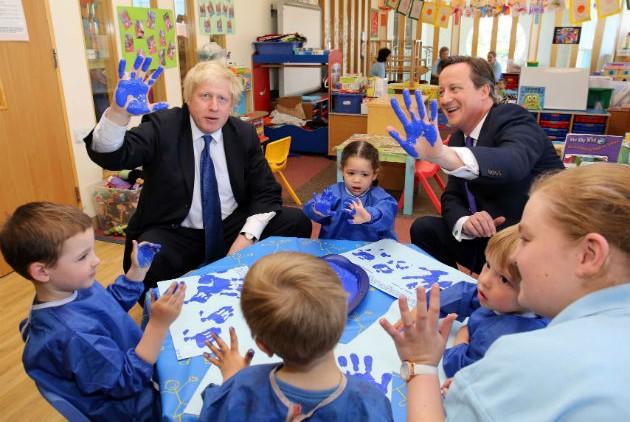 Ο Ντέιβιντ Κάμερον (δεξιά) με τον Δήμαρχο του Λονδίνου Μπόρις Τζόνσον, σε προεκλογική εξόρμηση στα νηπιαγωγεία! | Chris Radburn, PA via AP