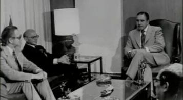 """[caption id=""""attachment_484003"""" align=""""alignnone"""" width=""""660""""] Ο πατέρας της Νεοφιλελευθερης κόλασης Μίλτον Φρίντμαν με τον δολοφόνο Δικτάτορα Αουγκούστο Πινοσετ[/caption] «Ο Σαλβαδόρ Αλλιέντε μαζί με μια χούφτα άνδρες ακούει τις ειδήσεις. Οι στρατιωτικοί κατέλαβαν ολόκληρη τη χώρα. Οι στρατηγοί απαιτούν να παραιτηθεί. Του παραχωρούν ένα αεροπλάνο για να φύγει από τη Χιλή. Τον προειδοποιούν ότι το Προεδρικό Μέγαρο θα βομβαρδιστεί από ώρα σε ώρα.Ο Αλλιέντε φορά ένα κράνος και ετοιμάζει το όπλο του. Ακούγονται να πέφτουν οι πρώτες βόμβες». Η θυσία του Αλλιέντε. Του Πάνου Τριγάζη Έτσι περιγράφει ο μεγάλος Ουρουγουανός συγγραφέας Εντουάρντο Γκαλεάνο τις τελευταίες ώρες του Προέδρου Σαλβαδόρ Αλιέντε της Χιλής, ηγέτη του Μετώπου της Λαϊκής Ενότητας (Unidad Popular), που ανέλαβε από το 1970, με τη λαϊκή ψήφο, τα ηνία της χώρας του και στις 11 του Σεπτέμβρη 1973 ανετράπη από το στρατιωτικό πραξικόπημα του αιμοσταγούς δικτάτορα στρατηγού Πινοσέτ, όργανου της CΙΑ, των πολυεθνικών και των πιο αντιδραστικών ντόπιων δυνάμεων. Στο τελεσίγραφο των πραξικοπηματιών να παραιτηθεί και να διαφύγει στο εξωτερικό, ο Αλλιέντε είχε απαντήσει αρνητικά, απευθύνοντας το τελευταίο ραδιοφωνικό διάγγελμά του, στο οποίο είπε τα εξής: ΔΙΑΒΑΣΤΕTom Lewis, «Χιλή: Κράτος καιΕπανάσταση» «Δεν θα παραιτηθώ. Εκλεγμένος σε μια ιστορική στιγμή, θα πληρώσω με τη ζωή μου την αφοσίωση του λαού. Είμαι σίγουρος ότι ο σπόρος που σπείραμε στη συνείδηση χιλιάδων και χιλιάδων Χιλιανών δεν μπορεί να μείνει άκαρπος για πάντα. Αυτοί έχουν τη δύναμη. Μπορεί να μας υποτάξουν, όμως οι κοινωνικές εξελίξεις δεν σταματούν με το έγκλημα, ούτε με τη βία. Η Ιστορία είναι δική μας και την κάνουν οι λαοί… Εργάτες της πατρίδας μου: Πιστεύω στη Χιλή και στο μέλλον της. Κάποιοι άλλοι θα ξεπεράσουν αυτή τη σκοτεινή και πικρή στιγμή της προδοσίας που προσπαθεί να επιβληθεί. Να είστε σίγουροι ότι, πολύ πιο γρήγορα απ΄ό,τι νομίζετε, θα ανοίξουν και πάλι διάπλατα οι δρόμοι απ΄όπου θα περάσει ο ελεύθερος άνθρωπος για να δημιουργήσει μια κ"""