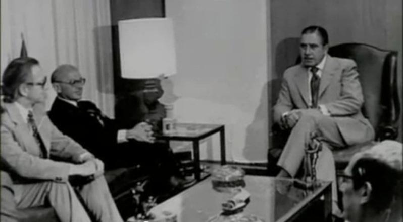 Ο πατέρας της Νεοφιλελευθερης κόλασης Μίλτον Φρίντμαν με τον δολοφόνο Δικτάτορα Αουγκούστο Πινοσετ «Ο Σαλβαδόρ Αλλιέντε μαζί με μια χούφτα άνδρες ακούει τις ειδήσεις. Οι στρατιωτικοί κατέλαβαν ολόκληρη τη χώρα. Οι στρατηγοί απαιτούν να παραιτηθεί. Του παραχωρούν ένα αεροπλάνο για να φύγει από τη Χιλή. Τον προειδοποιούν ότι το Προεδρικό Μέγαρο θα βομβαρδιστεί από ώρα σε ώρα.Ο Αλλιέντε φορά ένα κράνος και ετοιμάζει το όπλο του. Ακούγονται να πέφτουν οι πρώτες βόμβες». Η θυσία του Αλλιέντε. Του Πάνου Τριγάζη Έτσι περιγράφει ο μεγάλος Ουρουγουανός συγγραφέας Εντουάρντο Γκαλεάνο τις τελευταίες ώρες του Προέδρου Σαλβαδόρ Αλιέντε της Χιλής, ηγέτη του Μετώπου της Λαϊκής Ενότητας (Unidad Popular), που ανέλαβε από το 1970, με τη λαϊκή ψήφο, τα ηνία της χώρας του και στις 11 του Σεπτέμβρη 1973 ανετράπη από το στρατιωτικό πραξικόπημα του αιμοσταγούς δικτάτορα στρατηγού Πινοσέτ, όργανου της CΙΑ, των πολυεθνικών και των πιο αντιδραστικών ντόπιων δυνάμεων. Στο τελεσίγραφο των πραξικοπηματιών να παραιτηθεί και να διαφύγει στο εξωτερικό, ο Αλλιέντε είχε απαντήσει αρνητικά, απευθύνοντας το τελευταίο ραδιοφωνικό διάγγελμά του, στο οποίο είπε τα εξής: ΔΙΑΒΑΣΤΕTom Lewis, «Χιλή: Κράτος καιΕπανάσταση» «Δεν θα παραιτηθώ. Εκλεγμένος σε μια ιστορική στιγμή, θα πληρώσω με τη ζωή μου την αφοσίωση του λαού. Είμαι σίγουρος ότι ο σπόρος που σπείραμε στη συνείδηση χιλιάδων και χιλιάδων Χιλιανών δεν μπορεί να μείνει άκαρπος για πάντα. Αυτοί έχουν τη δύναμη. Μπορεί να μας υποτάξουν, όμως οι κοινωνικές εξελίξεις δεν σταματούν με το έγκλημα, ούτε με τη βία. Η Ιστορία είναι δική μας και την κάνουν οι λαοί… Εργάτες της πατρίδας μου: Πιστεύω στη Χιλή και στο μέλλον της. Κάποιοι άλλοι θα ξεπεράσουν αυτή τη σκοτεινή και πικρή στιγμή της προδοσίας που προσπαθεί να επιβληθεί. Να είστε σίγουροι ότι, πολύ πιο γρήγορα απ΄ό,τι νομίζετε, θα ανοίξουν και πάλι διάπλατα οι δρόμοι απ΄όπου θα περάσει ο ελεύθερος άνθρωπος για να δημιουργήσει μια καλύτερη κοινωνία. Ζήτω η Χιλή, ζήτω ο λαός, ζήτω η εργατική τάξη! Αυτά εί