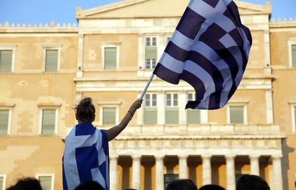 Ο Spiegel δεν γνωρίζει ότι μετά από 5 χρόνια στις πλατείες οι μπαρουτοκαπνισμένοι Έλληνες είναι έτοιμοι για όλα. netakias Ένα ιδιαίτερα ενδιαφέρον άρθρο σχετικά με τις προσωπικές αντιπαλότητες που έχουν δημιουργηθεί καθ' όλη τη διάρκεια των διαπραγματεύσεων με την Ελλάδα δημοσιεύει η ηλεκτρονική έκδοση του περιοδικού Der Spiegel. Συγκεκριμένα παραθέτει ένα χρονικό των συναντήσεων και δηλώσεων στην Ευρώπη καθώς και ένα χρονικό της εξέλιξης των σχέσεων με την Ελλάδα. «Αρχικά ο Τσίπρας είχε δυο θεσμούς με το μέρος του» αναφέρεται χαρακτηριστικά, «από τη μια τον πρόεδρο της Κομισιόν Ζαν-Κλοντ Γιούνκερ, ο οποίος είχε επικρίνει αρκετές φορές τα αυστηρά μέτρα λιτότητας και απαιτούσε να δοθούν κίνητρα ανάπτυξης για τις χώρες της κρίσης και από την άλλη το Διεθνές Νομισματικό Ταμείο, το οποίο είχε πιέσει αρκετές φορές τους Ευρωπαίους να περικόψουν το χρέος των Ελλήνων». Έκτοτε όμως το κλίμα έχει ανατραπεί με πιο πρόσφατο παράδειγμα τον διάλογο του έλληνα υπουργού Οικονομικών με την διευθύντρια του ΔΝΤ Κριστίν Λαγκάρντ. «Για να γίνει διάλογος χρειάζεται να υπάρχουν ενήλικες στην αίθουσα' με αυτή την πρόταση η Λαγκαρντ ξεκαθάρισε ότι η Ελλάδα έχασε οποιαδήποτε συμπάθεια μπορεί να είχε. Πλέον η αμηχανία είναι διάχυτη» επισημαίνει ο δημοσιογράφος. «Κομισιόν, Eurogroup, ΔΝΤ και ΕΚΤ δεν μπορούσαν να φανταστούν για μήνες ότι οι Έλληνες θα ρίσκαραν μέχρι τέλους». Πάντως το δημοσίευμα κλείνει με την διαπίστωση ότι όλα αυτά δεν αποτελούν απαραίτητα κακούς οιωνούς για τη σημερινή Σύνοδο Κορυφής αφού οι νέες προτάσεις από την Αθήνα αφήνουν περιθώρια ελπίδας.