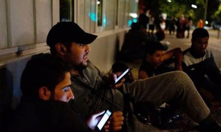 aporeis_pou_oi_syrioi_prosfyges_exoun_smartphone_syggnomi_pou_sou_to_leo_alla_eisai_ilithios_1