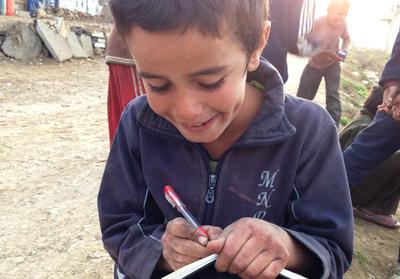 Ο Ναουφάλ, 8 ετών, γράφει στο σημειωματάριο της αρθρογράφου. «Μου αρέσει πολύ το σχολείο. Θέλω να γυρίσω πίσω στη Συρία.»