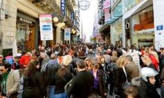 Το ερχόμενο Σάββατο, 12 Δεκεμβρίου, θα ξεκινήσει το εορταστικό ωράριο, επιμηκύνοντας τη λειτουργία των εμπορικών καταστημάτων. Σύμφωνα με απόφαση του Εμπορικού Συλλόγου Αθηνών τα καταστήματα θα παραμένουν...