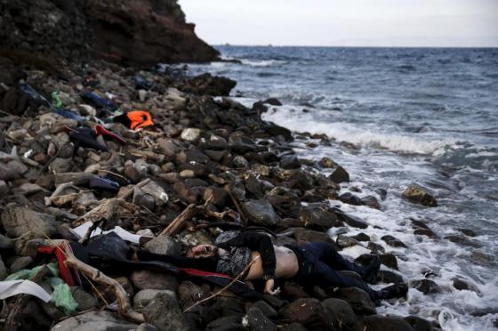 The body of an unidentified migrant is seen on a beach after being washed ashore, on the Greek island of Lesbos, November 7, 2015. REUTERS/Alkis Konstantinidis