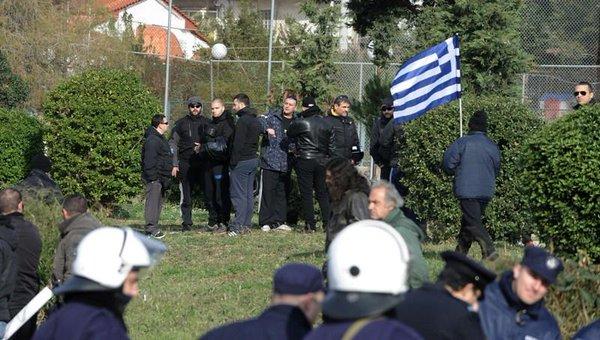 να εδώ κάποιοι κάτοικοι του Κερατσινίου διαδηλώνουν ενάντια στο στρατόπεδο προσφύγων στο σχιστό
