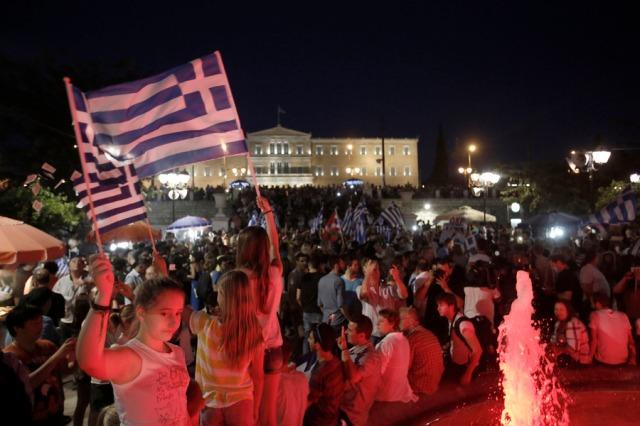 Υποστηρικτές του «Όχι» στο δημοψήφισμα, για το αν η κυβέρνηση θα δεχτεί τους όρους της δανειακής σύμβασης, πανηγυρίζουν μετά τα πρώτα αποτελέσματα, στην πλατεία Συντάγματος, στην Αθήνα, Κυριακή 5 Ιουλίου 2015. Προβάδισμα του «Όχι» με διαφορά, δίνουν τα πρώτα αποτελέσματα. ΑΠΕ-ΜΠΕ/ ΑΠΕ-ΜΠΕ/ ΓΙΑΝΝΗΣ ΚΟΛΕΣΙΔΗΣ