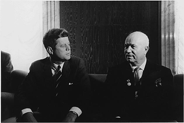 Οι δύο πρωταγωνιστές Τζον Κένεντι και Νικίτα Χρουστσόφ