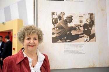 """Η Αναστασία Βογιατζή είναι η μικρή που απεικονίζεται στην φωτογραφία με τον Γερμανό στρατιώτη να την σημαδεύει, Τετάρτη 26 Οκτωβρίου 2016. Ο Πρόεδρος της Δημοκρατίας Προκόπης Παυλόπουλος εγκαινίασε την έκθεση με τίτλο """"ΔΕΝ ΛΗΣΜΟΝΩ"""". ΑΠΕ-ΜΠΕ/ΑΠΕ-ΜΠΕ/ΝΙΚΟΣ ΑΡΒΑΝΙΤΙΔΗΣ"""