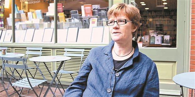 «Οι ιδέες είναι ενδιαφέρουσες, μα οι άνθρωποι ακόμη περισσότερο» υποστηρίζει η αγγλίδα συγγραφέας Σάρα Μπέικγουελ