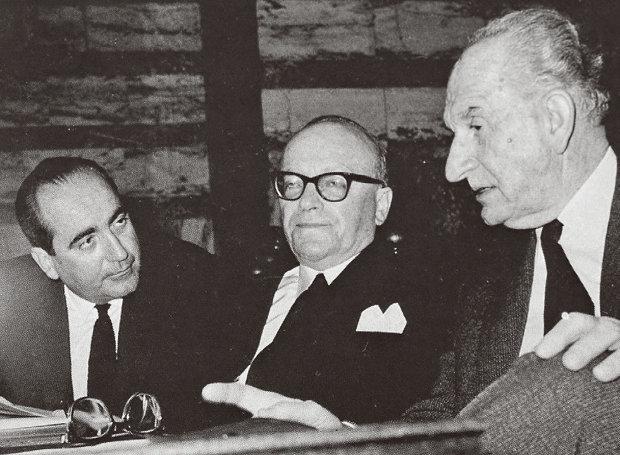Δεν θα αναφερθεί κανείς στην Αποστασία, στον χαρακτηρισμό «Εφιάλτης της Δημοκρατίας» του Παπανδρέου, στην ιαχή «Μητσοτάκη, Κάθαρμα» το 1965 στη Σταδίου, στους λόγους που τον αγνόησε ο Καραμανλής το 1974, στις σχέσεις του με τον Γκλυξμπουρκ;