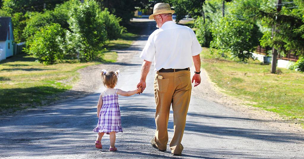 Η μαμά εκνευρίστηκε που η κόρη της πήγαινε συνέχεια με τον παππού στο γηροκομείο #Alithines_Istories