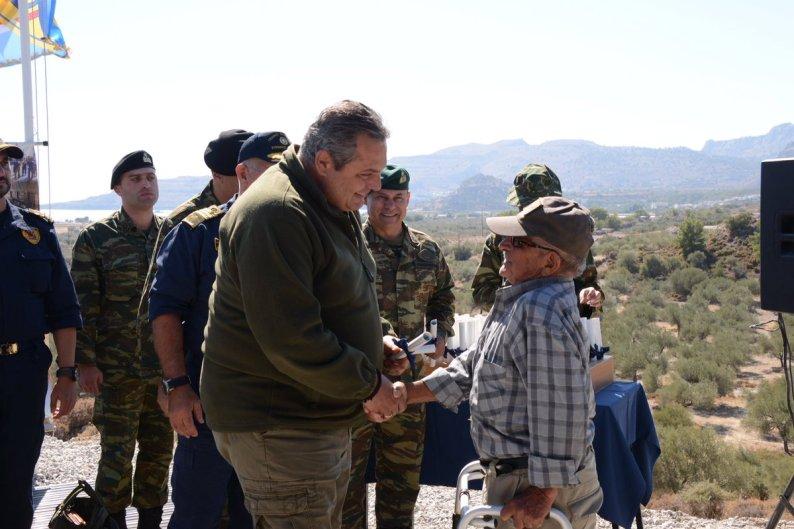 Ο ΥΕΘΑ @PanosKammenos με τον μεγαλύτερο σε ηλικία εθνοφύλακα κ με πολιτική υπάλληλο που συνταξιοδοτήθηκε κ ε