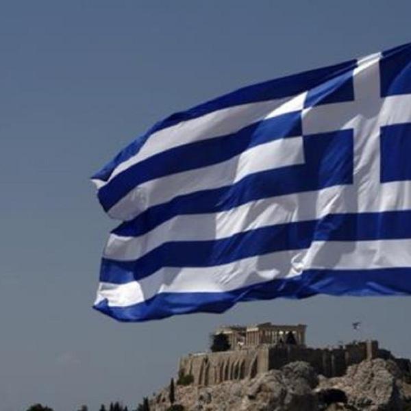 Η Ελλάδα κάνει ένα ακόμη βήμα για να αποσπάσει από την Ευρώπη τον σεβασμό που της αξίζει, εκτιμά το πρακτορείο Bloomberg. Τα spreads των κρατικών ομολόγων, που έχουν ήδη μειωθεί πολύ φέτος, σημείωσαν νέο χαμηλό αυτή την εβδομάδα όταν έγινε γνωστό ότι η κυβέρνηση ετοιμάζει μεγάλη ανταλλαγή ομολόγων. Αυτό θα επιτρέψει στην Ελλάδα να πουλά ομόλογα στο μέλλον και θα βοηθήσει στον τερματισμό της εξάρτησής της από την γενναιοδωρία των πιστωτών. Οι αγορές ομολόγων της ευρωπαϊκής περιφέρειας σημείωσαν εντυπωσιακά κέρδη κατά τους πρόσφατους μήνες, με τα spreads των ισπανικών, ιταλικών και πορτογαλικών ομολόγων να σταθεροποιούνται έναντι των αντίστοιχων γερμανικών. Η ήπια περιστολή από την ΕΚΤ του προγράμματος ποσοτικής χαλάρωσης καθησύχασε τους επενδυτές, που γνωρίζουν πλέον ότι ο αγοραστής της έσχατης καταφυγής δεν πρόκειται να εξαφανιστεί σύντομα. Όπως αναφέρει το Bloomberg ,τα ελληνικά ομόλογα είχαν καλύτερες αποδόσεις από τα ιταλικά και πορτογαλικά αντίστοιχα, παρά το γεγονός ότι δεν περιλαμβάνονται στο πρόγραμμα αγορών της ΕΚΤ, μέχρι τουλάχιστον το διοικητικό συμβούλιο αποφασίσει ότι το ελληνικό χρέος είναι βιώσιμο. Αν η Ελλάδα περιληφθεί στο πρόγραμμα της ΕΚΤ, τότε θα έχει επανέλθει στο πλαίσιο της ευρωζώνης. Η επιτυχής ολοκλήρωση της αξιολόγησης, στις αρχές του 2018, θα παράσχει τις απαραίτητες προϋποθέσεις. Το ΔΝΤ δεν είναι πλέον το εμπόδιο που ήταν. Δεν παρενέβη τον Ιούλιο, επιτρέποντας στην Ελλάδα να αυξήσει το συνολικό χρέος της, ενώ μετρίασε και τις απαιτήσεις της για τα stress tests και τον έλεγχο του ενεργητικού των ελληνικών τραπεζών. Η εσωτερική πολιτική δεν αποτελεί πρόβλημα. Οι εκλογές είναι προγραμματισμένες για το 2019 και τα ποσοστά του ΣΥΡΙΖΑ ανεβαίνουν καθώς η οικονομία βελτιώνεται. Εύλογο είναι ότι η καμπύλη των αποδόσεων πρέπει να απλοποιηθεί, ώστε να προσελκυστούν περισσότεροι επενδυτές. Αυτό θα είναι σημαντικό όχι μόνο για την ΕΚΤ, αλλά και για την αναχρηματοδότηση του χρέους της χώρας. Η Ελλάδα ευελπιστεί να αντλήσει τουλάχιστον έξι δις. ευρώ ώστε