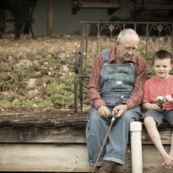 «Ο παππούς που πήγε μαμά; Δεν θα τον ξαναδώ;» Αυτή ήταν η ερώτηση του μικρού παιδιού μου όταν ο παππούς έφυγε για πάντα από κοντά μας.«Έγινε αστέρι. Είναι ψηλά στον ουρανό». «Μα ο ουρανός έχει εκατομμύρια αστέρια. Ποιο από όλα είναι ο παππούς; Πως θα το καταλάβω;» Ερωτήσεις πάνω στις ερωτήσεις. Πως να εξηγήσω τον θάνατο σε ένα τόσο μικρό παιδί; «Τη νύχτα που λάμπουν τα αστέρια, σήκωσε τα μάτια σου και κοιτά. Στο αστέρι που θα σταματήσει η μάτια σου, στο αστέρι που θα κοιτάξεις επίμονα, το αστέρι που θα μαγνητίσει το βλέμμα σου, αυτός είναι ο παππούς σου. Θα σε κοιτά από ψηλά. Θα σε προσέχει». «Μα όταν ξημερώνει, τα αστέρια χάνονται. Τότε, την ημέρα, δεν θα μπορώ να τον δω. Ούτε αυτός εμένα». «Τα αστέρια είναι πάντα στον ουρανό. Απλά ο ήλιος είναι πιο δυνατός και καλύπτει το φως των αστεριών. Γιαυτό δεν τα βλέπεις. Το αστέρι του παππού είναι πάντα εκεί». «Ναι, όμως ποιος θα μου παίρνει τυρόπιτα το πρωί πριν το σχολείο ; Ποιος θα με πάει βόλτα στο πάρκο τα απογεύματα; Δεν γίνεται. Θέλω τον παππού μου να είναι δω. Δίπλα μου». «Τυρόπιτα θα σου παίρνω εγώ. Και αργότερα, όταν μεγαλώσεις με την παρέα σου, θα ξεδιπλωνεις τις αναμνήσεις σου μια μια. Και όταν τρως τυρόπιτα θα θυμάσαι τα μοσχομυριστά πρωινά με τον παππού σου. Θα είναι σαν να σου κρατά το χέρι πάλι και να σε πηγαίνει στο φούρνο για να σου πάρει όλα αυτά που λαχταράς Θα δεις ότι η γεύση στο νου σου θα αλλάζει. Θα γίνεται πιο νόστιμη. Και αυτή η απλή, αδιάφορη τυρόπιτα θα γίνεται πιο σημαντική. Πιο σπάνια. Γιατί θα ξέρεις ότι μέσα σου υπάρχει η αγάπη. Υπάρχουν οι αναμνήσεις. Αυτές που έφτιαξε ο παππούς μαζί σου. Αυτές που χτίσατε μαζί χέρι χέρι». «Θέλω όμως να τον βλέπω. Τι; Θα κοιτώ πάντα τα αστέρια και θα ψάχνω να τον βρω;» «Όχι. Δεν χρειάζεται. Το αστέρι του παππού σου είναι μέσα στην καρδιά σου. Με τα μάτια της αγάπης θα τον βλέπεις. Όσο τον αγαπάς και τον έχεις κλεισμένο στην καρδιά σου είναι εκεί. Οι άνθρωποι φεύγουν από δίπλα μας όταν τους ξεχνάμε». Με άκουγε με προσοχή. Είμαι βέβαιη ότι είχε απορίες. Δεν 