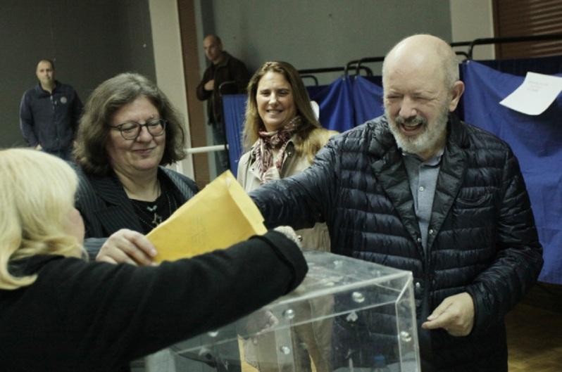 Ο πρώην ισχυρός άνδρας του ΔΟΛ Σταύρος Ψυχάρης πήγε και στον β΄ γύρο των εκλογών της Κεντροαριστεράς να ψηφίσει  Πηγή: Υποβασταζόμενος πήγε να ψηφίσει για την Κεντροαριστερά ο Σταύρος Ψυχάρης [εικόνες]   iefimerida.gr