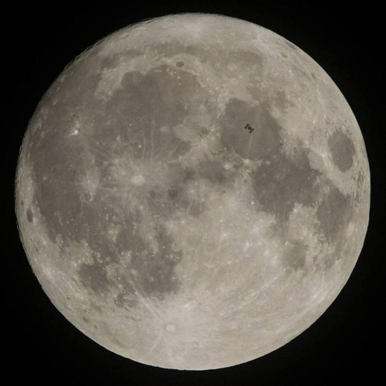 Ο Διεθνής Διαστημικός Σταθμός περνά από το Φεγγάρι - Δεκέμβριος