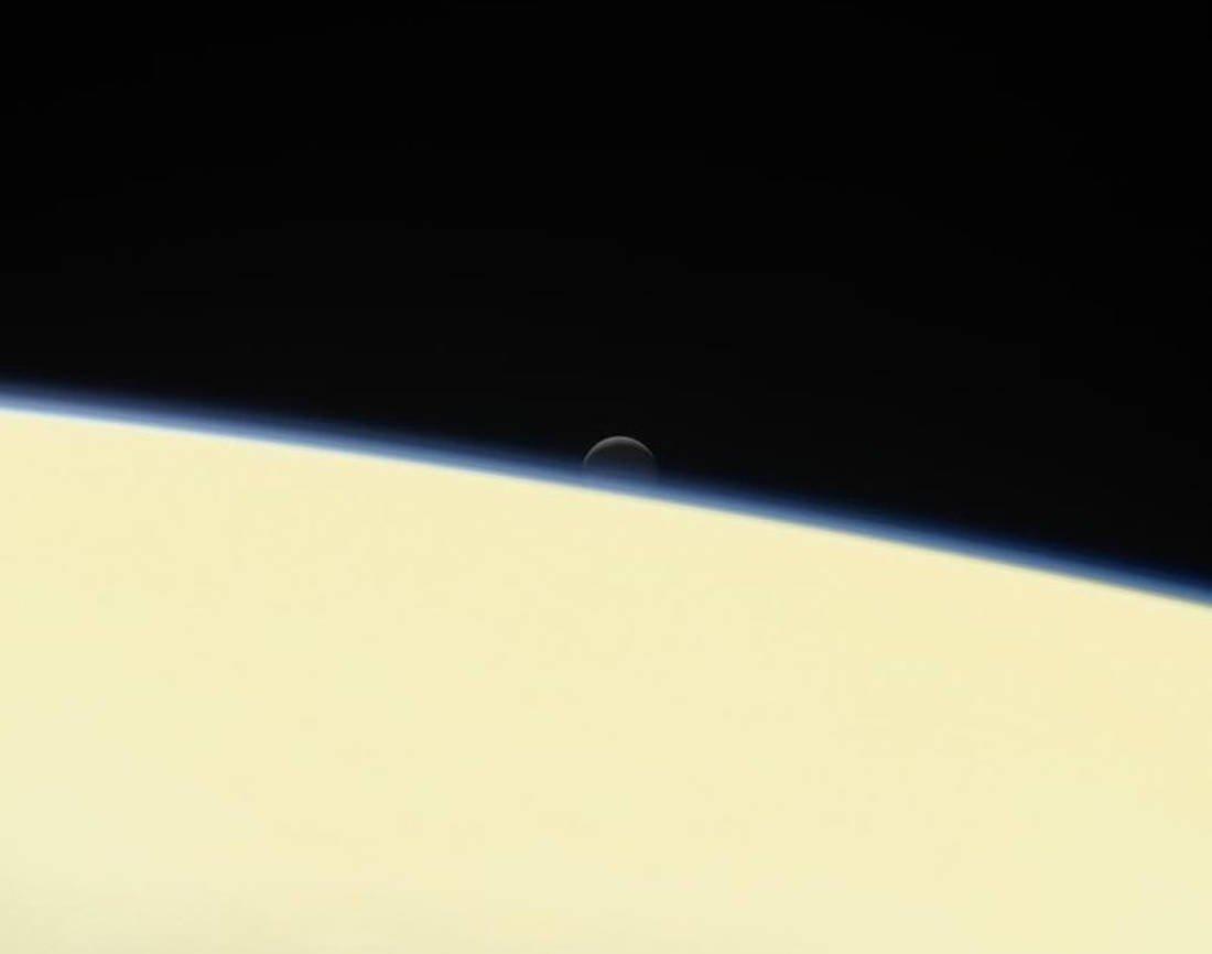 Μια από τις τελευταίες εικόνες που μας χάρισε το Cassini, το φεγγάρι Εγκέλαδος πίσω από τον Δία - Σεπτέμβριος