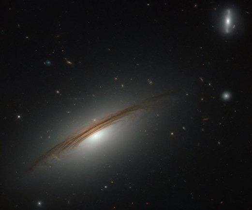 Εικόνα του Hubble από τον Γαλαξία UGC 12591, μόλις 400 εκατ. έτη φωτός μακριά