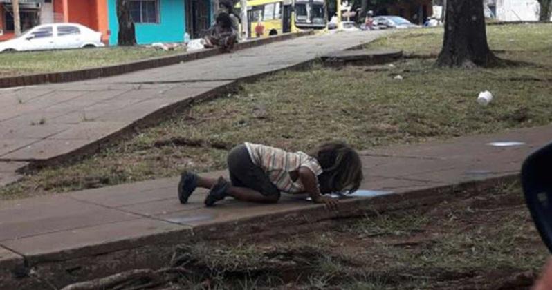Κοριτσάκι πίνει νερό από λακκούβα στην Αργεντινή «των Μητσοτάκηδων»
