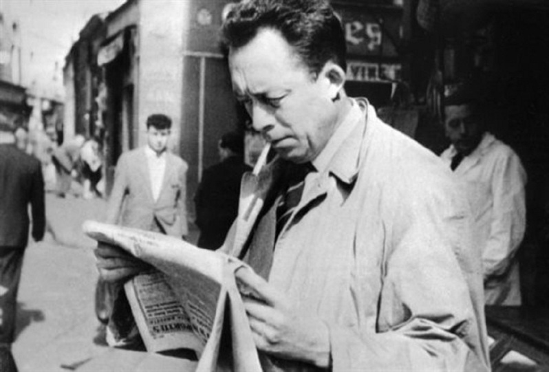 Ο Αλμπερ Καμύ το 1953 στο Παρίσι. Το 1960, όταν ο Καμύ σκοτώθηκε σε αυτοκινητικό δυστύχημα, βρέθηκε στην τσάντα του το χειρόγραφο του τελευταίου του μυθιστορήματος με τίτλο «Ο πρώτος άνθρωπος», που δεν πρόλαβε να του δώσει τελική μορφή
