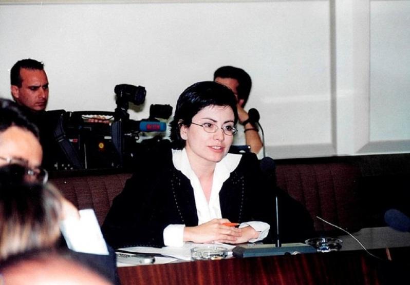"""Το 1992 ξεκίνησε να εργάζεται ως δημοσιογράφος φυσικά από το ΚΚΕ στον 904 Αριστερά στα FM, όπως κι ο έτερος κρατικοδίαιτος εκατομμυριούχος μπολσεβίκος ευρωβουλευτής της ΝΔ Γιώργος Κύρτσος, και συνέχισε την καριέρα της στον τηλεοπτικό σταθμόΣΚΑΪ,στοSTAR, στοALTERκαι στοMega μαζί με τους σκληρούς σημιτικούς και ομογάλακτους """"αριστερούς"""" Τρέμη, Τσίμα, Πρετεντέρη και Καψήδες Ηταν από τους πρωτοπόρους των """"αδιευκρίνιστων αποκαλύψεων"""", που ήξερε μόνον αυτή πριν ανακαλύψουν τα γατάκια οι Αμερικάνοι τον όρο """"FAKE NEWS"""". Εχει γίνει ανέκδοτο στα social media ο """"Ανώτατη πηγή της Ευρωζώνης"""" ή ο """"κρατικός αξιωματούχος"""" που χρησιμοποιούσε συνέχεια όταν ήθελε να περάσει στην κοινή γνώμη την προπαγάνδα ή να αποκρύψει κάποια άλλη είδηση. Μιαπολυσυζητημένη κόντρα με τη Μαρία Σαράφογλου,όταν η τελευταία διέψευσε πληροφορία που η Σπυράκη είχε μεταδώσει. Και τότε ποιος είδε τη Μαρία και δεν τη φοβήθηκε -τη Σπυράκη εννοείται, αλλά με τέτοιο παραλθόν ακόμη και δίκιο να έχει, όπως στο παραμυθι με τον βοσκό και το λύκο, ποιος να την πιστεύψει πλέον; Χαρακτηριστικα παράδειγματα είναι η είδηση ότι """"το MEGA γνωρίζει ότι ο (τότε) ΠρωθυπουργόςΣαμαράς μίλησε με τον θέο"""", στις 7-10-2012 """"κυβερνητική πηγή"""" για επίσκεψη Μέρκελ είπε στην Μαρία Σπυράκη ότι """"Εμείς κάνουμε τα μαθήματα μας!"""", στις 24-1-2010 αποκάλυψε σχέσεις Καραμανλή με την Siemens, κάτι που τελευταία ανακαλύψαμε ότι άλλος τελικά ήταν ο πολιτικός αρχηγός που έπαιρνε δώρα από την Siemens και μάλλον αυτός κάλυπτε το MEGA, και τέλος το αποκορύφωμα ήταν το ρεπορταζ που απέκρυψε από τον Ελληνικό λάο το Bank Run και το πήρε στο...μαξιλάρι της κάτι που είναι εγκληματικό για έναν δημοσιογράφο. Στους μήνες που είναι στηνΕυρωβουλήέδωσε λαβές για αμφισβήτηση σε εχθρούς και φίλους όταν επέλεξε ως συνεργάτη του πολιτικού γραφείου της γόνο πολιτικούγνωστό, λόγω ενός απίστευτου σκανδάλου στο οποίο είχε πρωταγωνιστήσει το 2010, όταν την περίοδο που υπηρετούσε τη θητεία του ως ναύτης, πήρε μαζί του ύστερα απόγλέντι στα μπουζούκιατηνΤζούλια Αλεξανδράτουσ"""