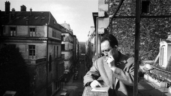 Ατενίζοντας αυτούς που υφίστανται την Ιστορία, από το μπαλκόνι των γραφείων του εκδότη του στο Παρίσι