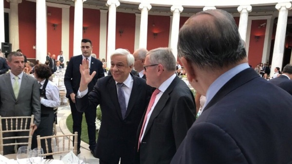 Από το 2010 μέχρι το 2014 όχι μόνο μας λήστευαν, αντάλλασσαν το ομολογιακό χρέος σε ενυπόθηκο με αποικιοκρατικό – βρετανικό δίκιο, αλλά μας έβριζαν κι από πάνω. Μας έλεγαν τεμπέληδες, κλέφτες, μπαταχτσήδες και ότι άλλο. Από τη συμφωνία του 2015 και μετά όπου η Ελλάδα επανήλθε στο ευρωπαϊκό – κυρίαρχο δίκαιο, Φαίνεται και η αλλαγή συμπεριφοράς Όχι μόνο σε τεχνοκρατικό επίπεδο όπου έχουμε φτάσει να ζητάμε ελάφρυνση του χρέους, ακριβώς επειδή υπάγεται πάλι στο ευρωπαϊκό κεκτημένο, αλλά και στην αντιμετώπιση η οποία αποτυπώνεται στα λόγια του Ρέγκλινγκ νωρίτερα σήμερα. Με σεβασμό στις θυσίες του ελληνικού λαού και στην Ελλάδα ως ισότιμο μέλος της ευρωπαΐκής ένωσης. Όχι ως «χώρα απατεώνων και τεμπέληδων» όπως είχαν συνηθίσει να μας αποκαλούν αυτοί που μας κατέκλεψαν. Η Ελλάδα τα τελευταία εννέα χρόνια εργάστηκε σκληρά για να εφαρμόσει συχνά επώδυνες μεταρρυθμίσεις που χρειαζόντουσαν. Είναι η ώρα να επαινέσουμε τους Έλληνες πολίτες και τους πολιτικούς ηγέτες της χώρας για την στροφή της Ελλάδας σε μια πιο μοντέρνα οικονομία, είπε ο επικεφαλής του ESM Κλάους Ρέγκλινγκ μιλώντας σε εκδήλωση της Ελληνικής Ένωσης Τραπεζών με αφορμή τα 90 χρόνια λειτουργίας που πραγματοποιήθηκε στο Ζάππειο Μέγαρο παρουσία του Προέδρου της Δημοκρατίας Προκόπη Παυλόπουλου. #ESM Managing Director Klaus #Regling with the Greek President Prokopios Pavlopoulos at an event of the Hellenic Bank Association in Athens where Klaus Regling is scheduled to deliver a speech at 20.30 Athens time pic.twitter.com/3jCSNMOg9A – ESM (@ESM_Press) June 12, 2018 Οι υπόλοιπες χώρες που έλαβαν βοήθεια από τον ESM απέδειξαν ότι τέτοια μεταρρυθμιστικά προγράμματα όσο δύσκολα και εάν είναι δημιουργούν τις βάσεις για μελλοντική ισχυρή οικονομική ανάπτυξη. Οι 4 χώρες που έλαβαν στο παρελθόν στήριξη αποτελούν επιτυχημένες ιστορίες. Η Ελλάδα είναι στο μεταίχμιο να γίνει το επόμενο επιτυχημένο παράδειγμα ανέφερε ο κ. Ρέγκλινγκ τονίζοντας ότι θα πρέπει να επιμείνει στην εφαρμογή των μεταρρυθμίσεων μέχρι την λήξη του προγράμματο