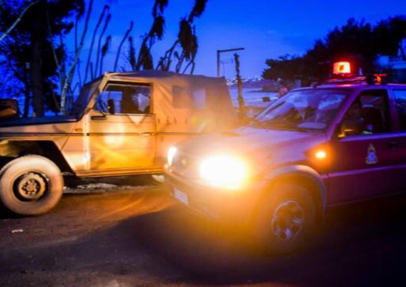 Για την καλύτερη εξυπηρέτηση των πολιτών στις περιοχές της Αττικής που επλήγησαν από τις πυρκαγιές και την ευχερέστερη διεκπεραίωση καθημερινών θεμάτων διοικητικής φύσεως, πέραν των περιπολιών τάξης, ασφάλειας και τροχαίας που ήδη δραστηριοποιούνται στις περιοχές αυτές, διατίθενται δύο στελεχωμένα οχήματα τύπου βαν, που θα λειτουργούν καθ' όλη τη διάρκεια του 24ωρου, ως Κινητές Αστυνομικές Μονάδες (Κ.Α.Μ.) στο Δήμο Ραφήνας – Πικερμίου και ένα στο Δήμο Μεγαρέων, αντίστοιχα. Παράλληλα από το Αρχηγείο της Ελληνικής Αστυνομίας εκδόθηκαν σχετικές οδηγίες προς τις αρμόδιες Αστυνομικές Υπηρεσίες, ώστε: · να συνδράμουν με υπηρεσιακά οχήματα ανήμπορους πολίτες για τη μετάβαση τους στις αρμόδιες αρχές έκδοσης ταυτότητας του τόπου κατοικίας ή διαμονής τους, · σε περιπτώσεις ατόμων που νοσηλεύονται σε δημόσια ή ιδιωτικά Νοσηλευτικά Ιδρύματα ή αδυνατούν να μεταβούν στις αρμόδιες αρχές έκδοσης, λόγω νόσου ή κινητικών προβλημάτων, αρμόδιος υπάλληλος να μεταβαίνει στον τόπο κατοικίας ή νοσηλείας για την παραλαβή των απαιτούμενων δικαιολογητικών και τη διεκπεραίωση της διαδικασίας. Οι πολίτες των πληγέντων από τις πυρκαγιές περιοχών της Ανατολικής Αττικής, μπορούν να απευθύνονται: στο Αστυνομικό Τμήμα Μαραθώνα, τηλ: 22940-69400 στο Τμήμα Ασφαλείας Μαραθώνα, τηλ: 22940-69406 και 22940 – 66211 στο Αστυνομικό Τμήμα Πικερμίου - Ραφήνας, τηλ: 22940- 29410 και στο Τμήμα Ασφαλείας Πικερμίου - Ραφήνας, τηλ: 22940-29415 και των πληγέντων περιοχών της Δυτικής Αττικής: στο Αστυνομικό Τμήμα Μεγαρέων, τηλ: 22960-22100 και στο Τμήμα Ασφαλείας Μεγαρέων, τηλ: 22960-28878 και 22960 – 28001 Σημειώνεται ότι η έκδοση – αντικατάσταση των δελτίων αστυνομικής ταυτότητας (καταστραμμένων ή απολεσθέντων) πραγματοποιείται ατελώς, χωρίς καταβολή παραβόλου.