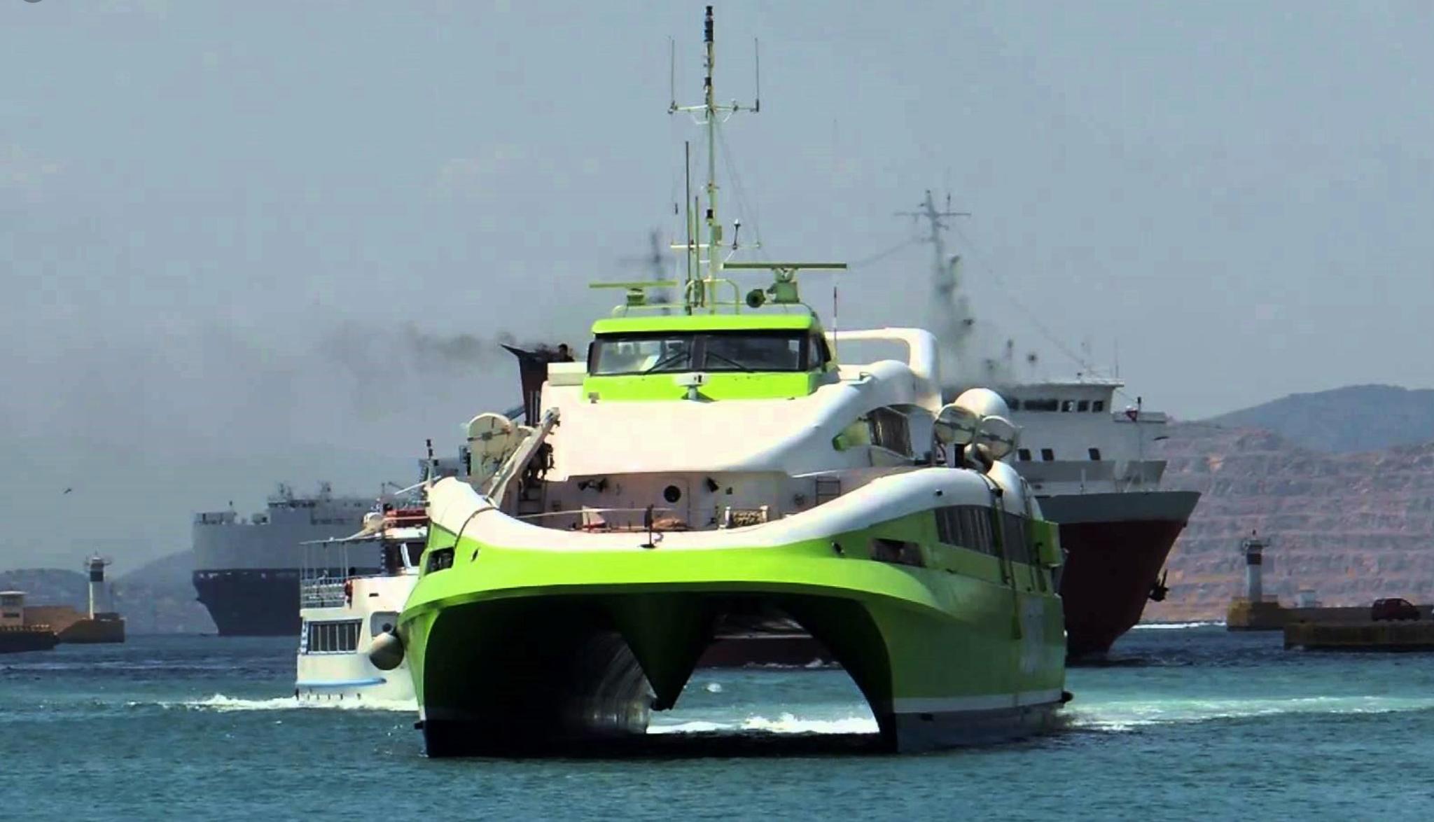 Πραγματοποιήθηκε σήμερα η πρώτη πληρωμή του Αντισταθμίσματος Νησιωτικού Κόστους (ΑΝΗΚΟ) για τα ταξίδια των νησιωτών επιβατών κατά το διάστημα 10-26 Ιουλίου, στο πλαίσιο της εφαρμογής του μέτρου του Μεταφορικού Ισοδύναμου. Ο μέσος όρος καταβολής, ανά ταξίδι, είναι 22 ευρώ για κάθε δικαιούχο. Τα εισιτήρια από 26 έως 31 Ιουλίου θα πληρωθούν στην επόμενη καταβολή του ΑΝΗΚΟ. Μέχρι στιγμής, τις πρώτες 20 ημέρες λειτουργίας της πλατφόρμας του Μεταφορικού Ισοδύναμου (ΜΙ), έχουν εκδοθεί 14.000 Μοναδικοί Αριθμοί Νησιώτη (ΜΑΝ), ενώ έχουν εγκριθεί, περίπου, 2.500 εισιτήρια κατοίκων 22 νησιών. Ο υφυπουργός Ναυτιλίας και Νησιωτικής Πολιτικής, Νεκτάριος Σαντορινιός, με αφορμή την πρώτη πληρωμή των νησιωτών από το μέτρο, δήλωσε: «Ουσιαστικά είναι η πρώτη μέρα που οι νησιώτες αντιλαμβάνονται τα οφέλη του ΜΙ στη ζωή τους. Επίσης, αντιλαμβάνονται ότι η εφαρμογή του μέτρου έχει δομηθεί έτσι ώστε να έχει ελάχιστη γραφειοκρατία, αφού μετά την επίδειξη του ΜΑΝ στο πρακτορείο δεν χρειάζεται να κάνει τίποτα παραπάνω για να πιστωθούν τα χρήματα στον λογαριασμό του. Το Μεταφορικό Ισοδύναμο λειτουργεί, εφαρμόζοντας έτσι ρεαλιστικές νησιωτικές πολιτικές για πρώτη φορά και διαψεύδοντας τις Κασσάνδρες που προεξοφλούσαν την αποτυχία και τη γραφειοκρατία».