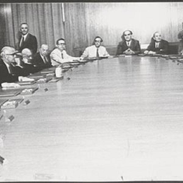 Το Υπουργικό Συμβούλιο υπό τον Κωνσταντίνο Καραμανλή για τη Συντακτική Πράξη αποκατάστασης της δημοκρατικής νομιμότητας και των ατομικών και πολιτικών ελευθεριών