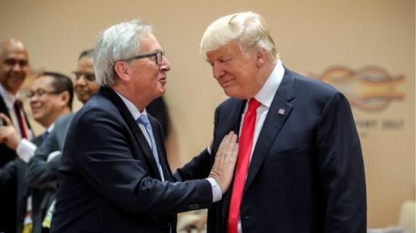 «Ο Ζαν Κλοντ είναι σκληρό καρύδι»: Ο πρόεδρος των ΗΠΑ Ντόναλντ Τραμπ επαίνεσε σήμερα τις διαπραγματευτικές ικανότητες του προέδρου της Ευρωπαϊκής Επιτροπής Ζαν-Κλοντ Γιούνκερ… για να αναδείξει καλύτερα τις δικές του. «Είναι πολύ καλός άνθρωπος, αλλά είναι σκληρός, είναι πονηρός. Ο τύπος με τον οποίο μου αρέσει να διαπραγματεύομαι», είπε χαμογελώντας στη συνέντευξη Τύπου «Ένας πραγματικά σκληρός τύπος», επέμεινε, πριν περιγράψει πως εξανάγκασε τον Γιούνκερ να κάτσει στο τραπέζι των διαπραγματεύσεων, ενώ ο πρόεδρος της Επιτροπής ήθελε, σύμφωνα με τον Τραμπ, τη συνέχιση της υπάρχουσας κατάστασης. «Είπα, εντάξει, δεν χρειάζεται να επαναδιαπραγματευτούμε, θα επιβάλλουμε δασμούς σε εκατομμύρια αυτοκίνητα που στέλνετε στις ΗΠΑ», τόνισε ο Ρεπουμπλικάνος πρόεδρος. Αποτέλεσμα; Σύμφωνα με τον ένοικο του Λευκού Οίκου «έφτασε στο γραφείο μου υπερβολικά γρήγορα από την Ευρώπη». «Ειλικρινά, δεν ήξερα ότι είχαν τόσο γρήγορα αεροπλάνα» με τους παρευρισκόμενους να εκτιμούν το σκωπτικό σχόλιο