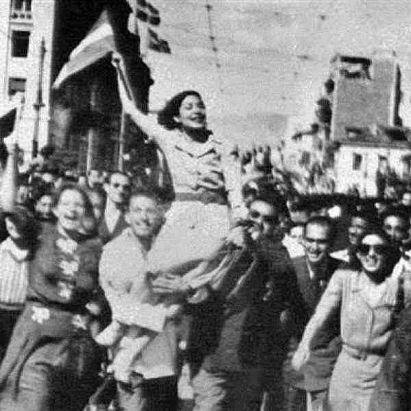 12 Οκτωβρίου 1944. Ήταν ένα ηλιόλουστο πρωινό Πέμπτης, όταν οι καμπάνες των εκκλησιών άρχισαν να χτυπούν χαρμόσυνα, καλώντας τους Αθηναίους να ξεχυθούν στους δρόμους και να πανηγυρίσουν το τέλος της γερμανικής κατοχής. Ως τις 3 Νοεμβρίου ο τελευταίος Γερμανός (και Βούλγαρος) στρατιώτης είχε αποχωρήσει από την ηπειρωτική Ελλάδα. Οι Γερμανοί άρχισαν να αποχωρούν σταδιακά από την Αθήνα από το βράδυ της 11ης Οκτωβρίου με κατεύθυνση προς Βορρά. Στις 8 το πρωί της 12ης Οκτωβρίου, οι ελάχιστοι Γερμανοί που είχαν απομείνει στην Αθήνα, συγκεντρώθηκαν στο μνημείο του Άγνωστου Στρατιώτη. Εκεί, σε μία πρόχειρη όσο και βιαστική τελετή, ο επικεφαλής των κατοχικών δυνάμεων, στρατηγός Χέλμουτ Φέλμι, συνοδευόμενος από τον κατοχικό δήμαρχο Αθηναίων Άγγελο Γεωργάτο, κατέθεσε στεφάνι. Το μόνο που απέμενε ήταν η υποστολή της ναζιστικής σημαίας από τον Ιερό Βράχο της Ακρόπολης. Ένας Γερμανός στρατιώτης κατέβασε τη σβάστικα χωρίς καμία επισημότητα στις 9:15 το πρωί, την πήρε υπό μάλης και αποχώρησε με σκυμμένο το κεφάλι, σηματοδοτώντας το τέλος της γερμανικής κατοχής που διήρκεσε 1.625 μέρες και την αρχή ενός τρελού πανηγυριού στους δρόμους της Αθήνας. Χιλιάδες κόσμου με τη γαλανόλευκη στα χέρια αλληλοασπάζονταν, αναφωνώντας «Χριστός Ανέστη», παιδιά σκαρφάλωναν στις οροφές των τραμ, ενώ απ' άκρη σ' άκρη αντηχούσε ο Εθνικός Ύμνος. Μετά από τριάμισι χρόνια δουλείας και σκλαβιάς οι Αθηναίοι ανάπνεαν για πρώτη φορά τον μεθυστικό αέρα της λευτεριάς.