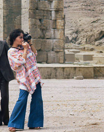 Elizabeth Taylor takes a tourist_s snapshot in Persepoli