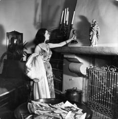 Vivien Leigh places the Oscar she won for her role as Scarlett in Gone With The Wind on her mantlepiece at home, 1940.
