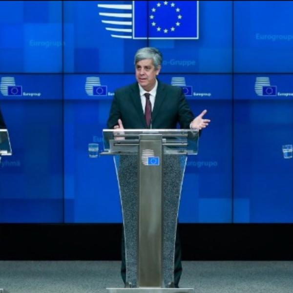 🇪🇺🇬🇷ΔΙΘΥΡΑΜΒΟΙ ΓΙΑ ΤΗΝ ΕΛΛΑΔΑ από Pierre Moscovici - Mario Centeno - Klaus Regling Την ικανοποίηση του Eurogroup για το ότι η Ελλάδα επιτυγχάνει τους δημοσιονομικούς της στόχους για τρίτη συνεχόμενη χρονιά, εξέφρασε σήμερα από τις Βρυξέλλες, ο πρόεδρος του Eurogroup, Μάριο Σεντένο. Ο Μ. Σεντένο ανέφερε ότι το Eurogroup συζήτησε την πρώτη έκθεση «ενισχυμένης εποπτείας», για την Ελλάδα, η οποία δείχνει «καλά αποτελέσματα». Πρόσθεσε ότι οι υπουργοί Οικονομικών της ευρωζώνης καλωσόρισαν το γεγονός ότι το 2019 θα επιτευχθεί ο στόχος πρωτογενούς πλεονάσματος στο 3,5% και πως αυτό γίνεται για τρίτη συνεχόμενη χρονιά, κάτι το οποίο δείχνει ότι οι ελληνικές αρχές έχουν δεσμευτεί στο να ακολουθήσουν μια σταθερή δημοσιονομική πορεία. Ο Μ. Σεντένο σημείωσε ότι η Ελλάδα πρέπει να σημειώσει μεγαλύτερη πρόοδο σε ορισμένους τομείς, όπως στις ιδιωτικοποιήσεις, στην αποπληρωμή των ληξιπρόθεσμων οφειλών, στα κόκκινα δάνεια και στις μεταρρυθμίσεις της αγοράς προϊόντων. Ο ίδιος τόνισε ότι είναι σημαντικό η Ελλάδα να συνεχίσει την «καλή δουλειά» και τη μεταρρυθμιστική ατζέντα για να προχωρήσει σε σταθερή αναπτυξιακή πορεία. Π. Μοσκοβισί: Οι περικοπές συντάξεων ούτε νόμιμες ήταν, ούτε αναγκαίες Ο Επίτροπος Οικονομίας, Πιερ Μοσκοβισί τόνισε ότι η Ελλάδα έχει επιστρέψει στην κανονικότητα. «Θεωρούμε ότι η Ελλάδα θα επιτύχει το στόχο πρωτογενούς πλεονάσματος στο 3,5% του ΑΕΠ», είπε και πρόσθεσε ότι η ελληνική κυβέρνηση σχεδιάζει να επιτύχει αυτό το στόχο χωρίς την εφαρμογή του προνομοθετημένου μέτρου περικοπών των συντάξεων. Ο Π. Μοσκοβισί τόνισε ότι πάντα ήταν της άποψης ότι αυτές οι περικοπές δεν ήταν ούτε νόμιμες, ούτε αναγκαίες. «Είμαι ευτυχής που αποτρέψαμε την περαιτέρω περικοπή των συντάξεων κατά 14% για 1,4 εκατομμύρια συνταξιούχους στην Ελλάδα», είπε ο Επίτροπος Οικονομίας. Από την πλευρά του ο επικεφαλής του ESM, Kλάους Ρέγκλινγκ τόνισε ότι η Ελλάδα βρίσκεται στο σωστό δρόμο και πρόσθεσε ότι είναι σαφές πλέον ότι η χώρα βρίσκεται εκτός προγράμματος. Υπογράμμισε ότι τα δύο βασικά ζητ