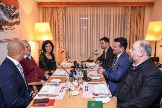 Του ΜΙΧΑΛΗ ΙΓΝΑΤΙΟΥ Ο μακαρίτης ο Μιχάλης Παπακωνσταντίνου το είχε προβλέψει. Σκοπιανοί και Αλβανοί θα ζήσουν σε κατάσταση έντασης, που σε μερικά χρόνια θα οδηγήσει σε μεγάλη σύγκρουση. Ο τότε υπουργός Εξωτερικών μιλούσε σε μένα και στον Αλέξη Παπαχελά, στο ξενοδοχείο Ιντερκοντινένταλ της Νέας Υόρκης, μετά από μία κοπιαστική μέρα διαπραγματεύσεων για το Σκοπιανό. Πέρασαν πολλά χρόνια για να συμβεί αυτό που μας είπε εκείνο το βράδυ ο υπουργός. Αλλά διέβλεπε σωστά έστω και αν εμείς από μέσα μας ψιθυρίσαμε «μα τι λέει τώρα»… Τους τελευταίους μήνες τα Σκόπια ταλαιπωρούνται από μία άνευ προηγουμένου κρίση. Από τη μία έχουμε τους εθνικιστές των Σκοπίων ή αν θέλετε αυτούς που παρασύρθηκαν από τα εθνικιστικά συνθήματα του κάθε Νικολά Γκρουέφσκι, που προσπαθούσε να πείσει τους γείτονες ότι είναι απόγονοι του Μεγάλου Αλεξάνδρου. Απλά η ιστορία τους διαψεύδει. Δεν είναι. Από την άλλη, έχουμε τους Αλβανούς εθνικιστές, οι οποίοι δεν είδαν ποτέ με καλό μάτι τη ψευδεπίγραφη «Μακεδονία», η οποία στήθηκε σε πήλινα πόδια, και στην πραγματικότητα στήθηκε εις βάρος τους. Δύο διαφορετικοί λαοί και κόσμοι. Αλλά και οι δύο κυριαρχημένοι από τον εθνικισμό. Ανάμεσά τους ο περίφημος Τζόρτζ Σόρος. Δεν πρόκειται για συνωμοσιολογία. Πιστέψτε με. Είναι η αλήθεια, η πραγματικότητα, σας ομιλώ για ΓΕΓΟΝΟΤΑ. Όλα όσα συμβαίνουν στα Σκόπια και εννοώ τη βία και τις συγκρούσεις, υποκινήθηκαν από αυτόν τον δαιμόνιο άνθρωπο. Και δεν προσπάθησε πολύ. Απλά εκμεταλλεύθηκε τον αρρωστημένο εθνικισμό των Σκοπιανών και των Αλβανών. Και οδηγεί τα Σκόπια στη διάλυση. Φαντάζομαι για ένα …στοίχημα. Τα σχετικά δημοσιεύματα στα αμερικανικά μέσα ενημέρωσης είναι πολλά και αποκαλυπτικά. Στην Ελλάδα δεν δώσαμε την ανάλογη σημασία. Ούτε καν στη Θεσσαλονίκη κατάλαβαν ότι η κατάσταση είναι τόσο εκρηκτική. Και η λέξη αυτή δεν αποδίδει την πραγματικότητα. Εάν δεν παρέμβουν αποτελεσματικά δυνάμεις που αντιλαμβάνονται τι διακυβεύεται στα Σκόπια, η χώρα θα οδηγηθεί σε εμφύλιο. Δεν την γλυτώνει. Και ο εμφύλιος θα συμβεί δίπλα στη