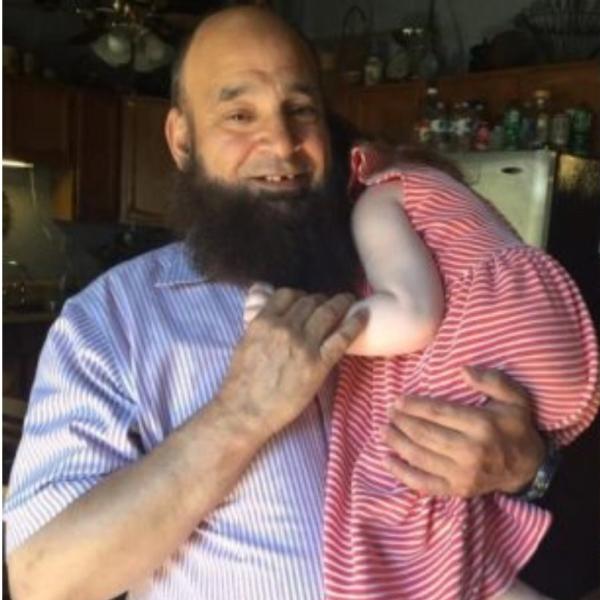 Ο Άνθρωπος που υιοθετεί τα καρκινοπαθή παιδιά που εγκαταλείπουν στα νοσοκομεία οι γονείς τους